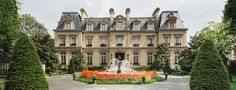 Two steps from the Arc de Triomphe, the hotel Saint James Paris welcomes you to a green haven. Discover the only Château-hotel in Paris with a garden.