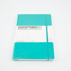 Leuchtturm1917 A5 dotted är en anteckningsbok med hård pärm med ett elastiskt band runt. 80g/papper och ett märkband. 249 numrerade sidor med en