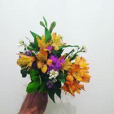 Este arranjo também vai estar amanhã no Bazar Sonoro #flores #flowers #astromelia #oitominhocas #arranjofloral