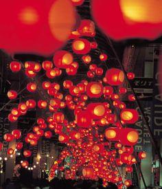 七夕ちょうちん祭り~日本三大火祭り~ 数千本の竹につけたおよそ10万個ものちょうちんが揺れながら夜の街を彩る「山口七夕ちょうちん祭り」。秋田の竿灯祭、青森のねぶた祭りとともに日本三大火祭りの一つ