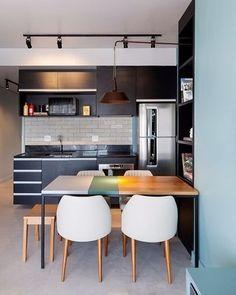 Este apartamento, assinado pelo escritório Two Design (@2twodesign), tem ambientes integrados e cores claras nas paredes para passar a sensação de espaço ampliado. Na cozinha, os armários e módulos pretos dão um ar moderno à composição. Que tal? (via: @casadevalentina)