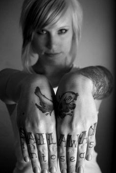 tatuagem feminina na mão
