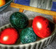 Throw Away that Chemical Egg Dye: Peter Minaki Uses Onions, Cabbage and other Natural Products to Dye His Easter Eggs