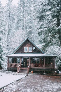49 Beautiul Log Homes Ideas to Inspire You Woodland House, Forest House, Winter Cabin, Cozy Cabin, Snow Cabin, Small Log Cabin, Winter Snow, Winter Homes, Haus Am See
