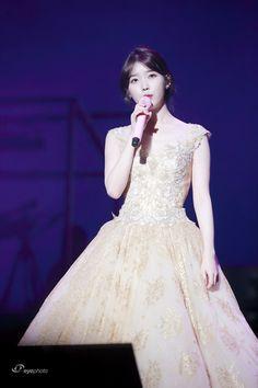 Iu Gif, Concerts In Seoul, Korean Beauty, Pretty Girls, Asian Girl, Marriage, Flower Girl Dresses, Celebs, Wedding Dresses