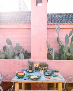 Bohemian Desert Vibe for Interior Stylist Carley Summers Trendland Online Magazine Curating the Web since 2006 Bohemian Interior, Bohemian Decor, Boho Chic, Patio Bohemio, Murs Roses, Pink Houses, Outdoor Living, Outdoor Decor, Outdoor Spaces