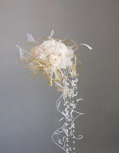 Bouquet de mariée de princesse Cascading Wedding Bouquets, Wedding Brooch Bouquets, Rose Wedding Bouquet, Prom Flowers, Cascade Bouquet, Bride Bouquets, Bridal Flowers, Floral Bouquets, Broach Bouquet