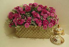 Jardineira em metal quadriculado em alto relevo, com flores rosa escuro e rosa claro,folhagens,musgos. Linda para alegrar  sua janela,varanda, ou aquele cantinho no chão entre cadeiras de varanda,em centro de mesa para dar um ar Campestre! Sempre temos um cantinho para alegrar! R$ 195,87