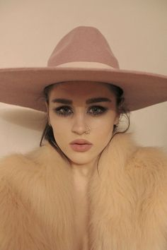boho babe - love the makeup and hat - Hats for lady Hippie Boho, Makeup Inspiration, Style Inspiration, Looks Street Style, Surfer, Pink Hat, Turbans, Carrie, Editorial Fashion