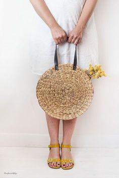 DIY: Un bolso de rafia para este veranito - Diy Fashion, Fashion Bags, Fashion Ideas, Diy Sac Pochette, Diy Purse, Basket Bag, Fall Diy, Diy Clothes, Straw Bag