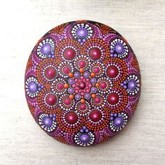 Reds and Purples Hand Painted Stone Mandala. de LionaHotta en Etsy https://www.etsy.com/es/listing/550206427/reds-and-purples-hand-painted-stone