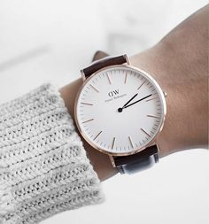 Elegante Uhr von Daniel Wellington mit braunem Lederarmband und polierten Zeigern. Hier entdecken und shoppen: http://sturbock.me/Zow