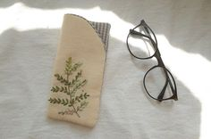 This Pin was discovered by Jac Embroidery Purse, Embroidery Stitches, Felt Pouch, Frame Purse, Pouch Tutorial, Glasses Case, Small Gifts, Sewing Crafts, Sewing Projects