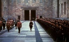 Inspection de la garde noire par le Führer dans la cour de la Chancellerie.