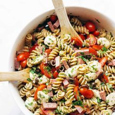 Best Easy Italian Pasta Salad - with pasta, tomatoes, fresh mozzarella, spicy sa. - What's For Dinner? Healthy Pasta Salad, Easy Pasta Salad, Pasta Salad Italian, Healthy Pastas, Dinner Healthy, Protein Salad, Plant Protein, Easy Salad Recipes, Dinner Recipes