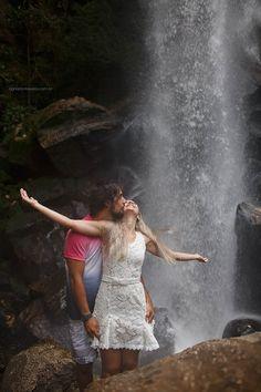 Ensaio de Casal na cachoeira, - Ensaio de Casal com Cachorro - Ensaio de Casal na água - Ensaio de Casal no Mato - Ensaio de casal em Ponta Grossa - Ensaio de Casal no Paraná - Foto Externa de Casal - Foto de Casamento em Curitiba - Curitiba - Foto de Cavalos - Fotos de Cachoeira - Cachoeira)