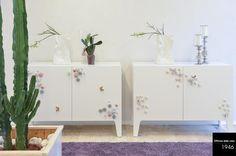 Mobili spaziosi, utili e che arredano.   Fiori e farfalle possono dare un tocco di leggerezza e di romanticismo ad un ambiente bianco candido.