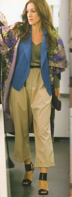 Carrie Bradshaw - vest and pants: yves saint laurent, sweater: giambattista valli, shoes: gucci City Style, Her Style, Carrie Bradshaw Style, Sarah Jessica Parker, Giambattista Valli, Fashion Design, Fashion Tips, Fashion Trends, Hiphop