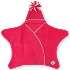 Couverture pratique en forme d'étoile. Une couverture en polaire de qualité, douce et chaude, munie d'un petit bonnet très mignon. La Couverture Etoile polaire tout en 1 pour bébé est adapté à tous les siège-auto, poussettes, porte-bébés et écharpes de portage. Peut être utilisée avec un harnais cinq points. (25,90 €)
