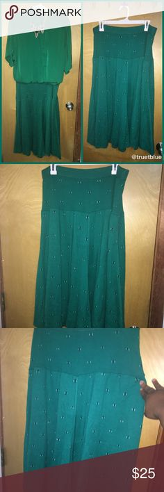 """🆕 Vintage Sweater Skirt Sz M Super cute and chic high-waisted vintage green sweater A-line skirt. It is a thick sweater material with stretch and small geometric pattern throughout. 31""""L x 34""""Waist (unstretched). Model pics show similar fit. Excellent vintage condition. Sz M. Vintage Skirts Midi"""