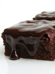 Dosadili su vam komplikovani recepti za slatkiše koji vas vežu za kuhinju ceo dan i želite nešto što se brzo i jednostavno sprema i ne iziskuje puno novca? Imamo pravu stvar za vas - napravite jednostavan sočni čokoladni kolač. Odlično ide kao posluženje uz kafu, a tokom sezone možete da ga poslužite sa bobičastim šumskim voćem i dobijete poslasticu koja će prijati i najizbirljivijim nepcima! Pogledajte recept i saznajte kako da spremite ovaj brzi kolač.