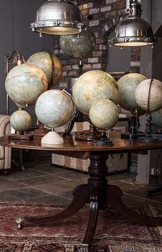 Bolas del mundo sobrela mesa de madera gran colección