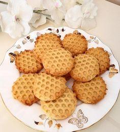 Yine mis gibi limon aromalı petek dokulu harika bir kurabiye ile sizlerleyim. Bisküvi tadında kıyır kıyır bir nefis kurabiyeyi sizler için paylaştık.