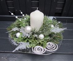 Benefit from the most wonderful time of a given year into the fullest through all of these Christmas candles. Silver Christmas Decorations, Modern Christmas Decor, Christmas Candles, Christmas Art, Christmas Wreaths, Christmas Flower Arrangements, Christmas Flowers, Deco Table Noel, Winter Centerpieces