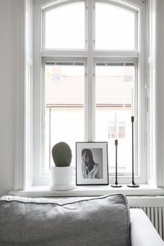 top interior decorating tips Living Room Windows, New Living Room, Home And Living, Living Room Decor, Living Room Scandinavian, Design Scandinavian, Scandinavian Windows, Scandinavian Interiors, Scandinavian Christmas