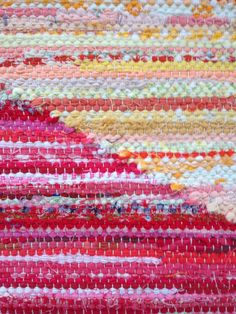 RACES BERGA: Mad in rag rugs on Race Berga - a blog about a väverskas everyday, inspiration and carpets Weaving Textiles, Recycled Fabric, Textile Patterns, Woven Rug, Yarn Crafts, Fiber Art, Printing On Fabric, Hand Weaving, Quilts