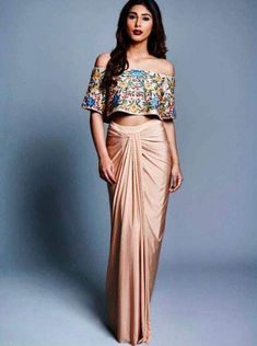 Indian Gowns Dresses, Indian Fashion Dresses, Dress Indian Style, Indian Designer Outfits, New Designer Dresses, Indian Blouse, Designer Wear, Mehendi Outfits, Indian Bridal Outfits