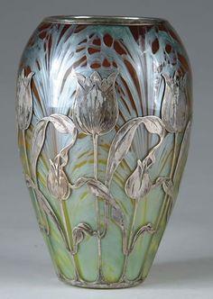 This is a vase from the art nouveau period. It was created in the early twentieth century by 'Loetz', which was the premier Bohemian art glass manufacturer during the art nouveau period. Antique Glass, Antique Art, Vintage Art, Antique Rings, Cristal Art, Design Art Nouveau, Jugendstil Design, Keramik Vase, Objet D'art
