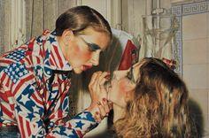 Franz Gertsch : Marina schminkt Luciano, 1975 Acryl auf ungrundierter Baumwolle 234 x 346 cm Museum Ludwig, Köln © Franz Gertsch
