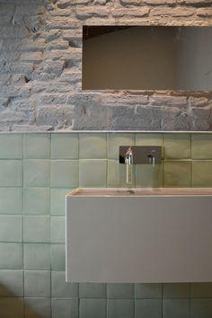 Apartamento AL / Archiplan Studio | Muro pelado, rodapié con azulejos artesanales