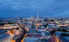 Bedeckter Himmel? Das Barometer ist ins Bodenlose gefallen und das Regeradar steht auf rot? Kein Grund zur Verzweiflung, denn in Berlin gibt es kein schlechtes Wetter, höchstens unpassende Orte. Wir stellen Ihnen die schönsten Orte für einen Regentag in der Hauptstadt vor.   1. Den Wolken ein Stück näher – auf dem Fernsehturm Wer über den Dingen stehen möchte, sollte hoch hinaus. Das gilt n ...