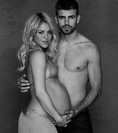 La cantante colombiana y el futbolista español posaron con poca ropa como parte de su invitación de Baby Shower, en el que en lugar de regalos, piden donativos para la UNICEF.