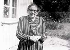 Anna Bengtsson vid 85 års ålder utanför Klockaregården för 60 år sedan. Foto: Kjell-Åke Brorsson, 23 augusti 1954.