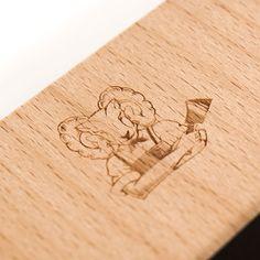 Wer denkt schon an Holz, wenn man zu einer festlichen Eröffnungsfeier einladen möchte? FCB Zürich, Köpflipartners und AuGust vom Widder Hotel zum Beispiel. Wir haben uns viel dabei gedacht. Und die Empfänger waren begeistert. Hotel Food, Bamboo Cutting Board, Aries, Wooden Platters, Counseling, Boards, Invitations, Projects