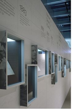 ventanas con lateral con información impresa