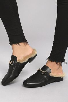 The Steve Madden Jill Black Leather Faux Fur Loafer Slides are here and ready to impress! Buttery genuine leather shapes a rounded toe upper finished with shiny gold hardware. Luxe faux fur lining completes these chic slides. Lofers Shoes, Half Shoes, Denim Shoes, Cute Shoes, Me Too Shoes, Fur Loafers, Loafers Outfit, Gucci Loafers, Black Loafers