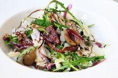 Легкий итальянский салат из руколы, вяленых томатов и оливок - кусочек Италии в тарелке каждого из Вас. Салат готовится - 2 минуты! Ингредиенты: Руккола 100 грамм Гигантские оливки 100 грамм Сыр пар…