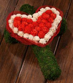 Krzyż z dekoracyjnym sercem wykonany z gotowego podkładu z mchu w kształcie krzyża. Serce wyklejono z kolorowych kwiatków sola i czerwonych preparowanych listków. Wszystkie elementy do nabycia na www.GrandDeco.pl