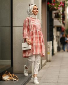 L'image contient peut-être : une personne ou plus et personnes debout - Tesettür Tunik Modelleri 2020 - Tesettür Modelleri ve Modası 2019 ve 2020 Pakistani Fashion Casual, Modern Hijab Fashion, Street Hijab Fashion, Pakistani Dress Design, Muslim Fashion, Modest Fashion, Fashion Outfits, Casual Hijab Outfit, Hijab Chic