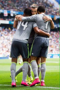 Casemiro, Gareth Bale & Cristiano Ronaldo CR7 - Real Madrid PS. OMG. There's an extra leg behind them!!