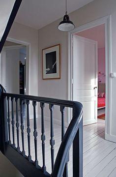 le bleu ardoise sur lescalier pour un ct chic assum plancher blanc