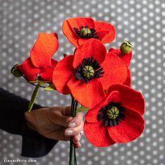 Flower Tutorial: How to Make Felt Red Poppies - Lia Griffith Felt Roses, Felt Flowers, Diy Flowers, Fabric Flowers, Poppy Flowers, How To Make Corsages, Ribbon Flower Tutorial, Bow Tutorial, Poppy Craft