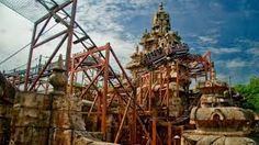 Indiana Jones et le Temple du Péril : Dissimulés au plus profond de la jungle d'Adventureland se trouvent les ruines d'un monument délabré. Cet ancien temple est désormais la proie du temps, des intempéries et de la végétation luxuriante et réserve à ses visiteurs quelques sensations fortes...
