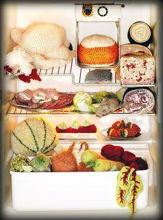 Avec ses fruits beaux à croquer, ses poires blettes, son trophée de sanglier aux petits oignons, ses fromages variés, sa charcuterie gaiement tricotée, son poulet « label rouge », ses jambons suspendus, ses poissons rutilants, son faisan présenté façon « Grand Siècle », Madame Tricot, encore très peu connue en France, est sans doute la « foodknitter » la plus douée de sa génération. Un article à lire ici : http://lecoeurauventre.com/le-fricot-de-madame-tricot
