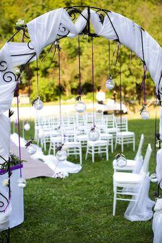 A lila intenzitása a szabadtérben ha lehet még erősebb. A  fehér amerikai székek  erős kontrasztban, de mégis feloldják a zöld és a lila túlfeszített légkörét.