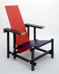Gerrit Rietveld designed this chair in 1917 with influence from famous century Dutch painter Piet Mondrian. This design is the pioneer of the De Stijl movement. Piet Mondrian, Art Design, Design Blogs, Interior Design, Rietveld Chair, Bauhaus Chair, Bauhaus Textiles, Deco France, Chair Design